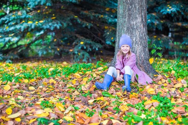 Menina feliz no parque outono em dia ensolarado de outono