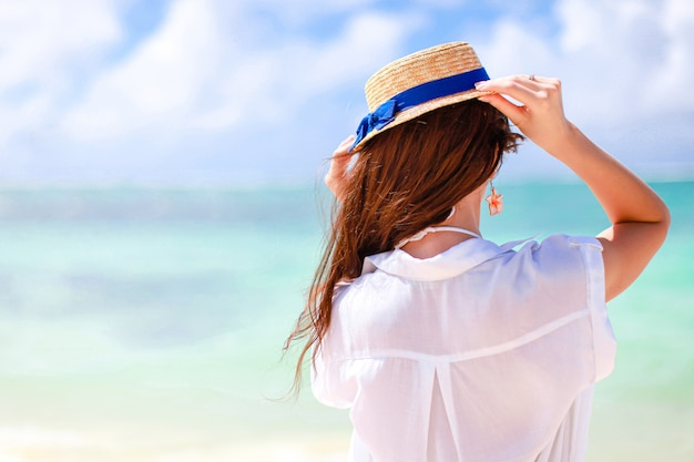 Menina feliz o céu azul e a água turquesa no mar na ilha do caribe