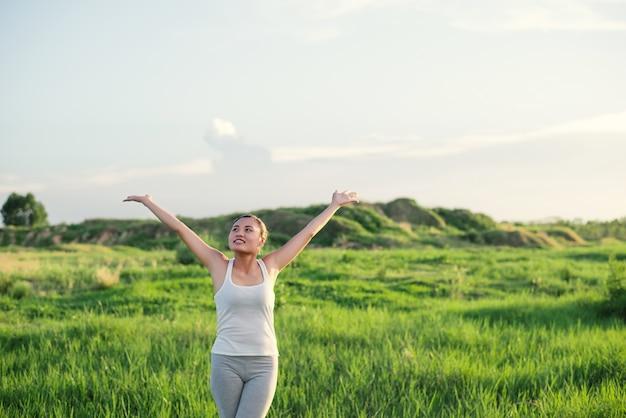 Menina feliz praticing yoga