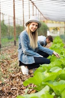 Menina feliz que aprecia jardinagem