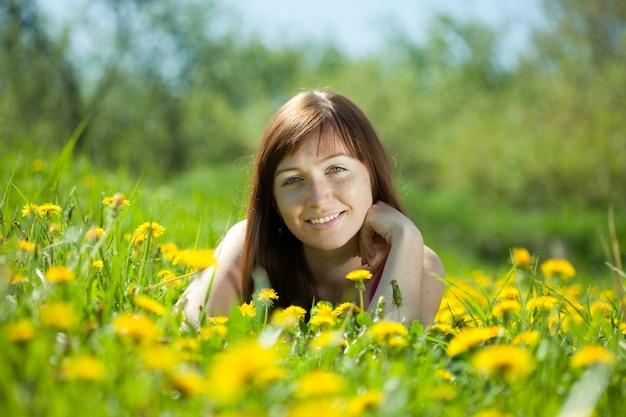 Menina feliz relaxante ao ar livre