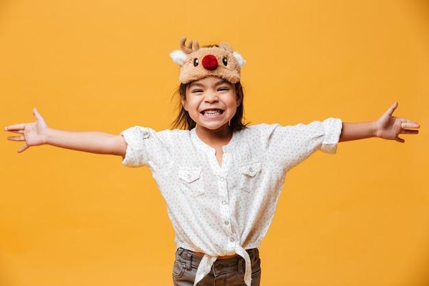 Menina feliz vestindo máscara de natal bonito.