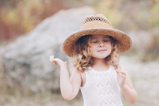 Menina feliz vestindo um chapéu ao ar livre