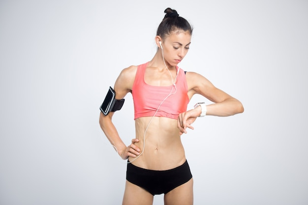 Menina fitness olhando para smartwatch