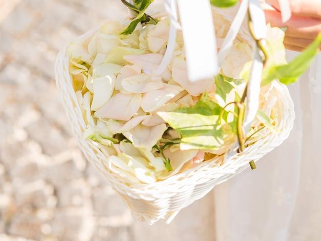 Menina flor, em, vestido branco, com, cesta, de, pétalas
