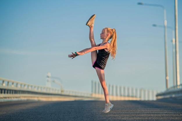 Menina ginasta na rua