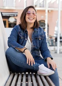Menina gordinha casual em jeans ao ar livre