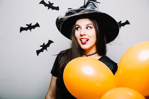 Menina gótica com língua para fora
