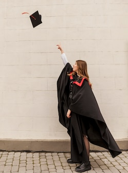 Menina graduada de alto ângulo