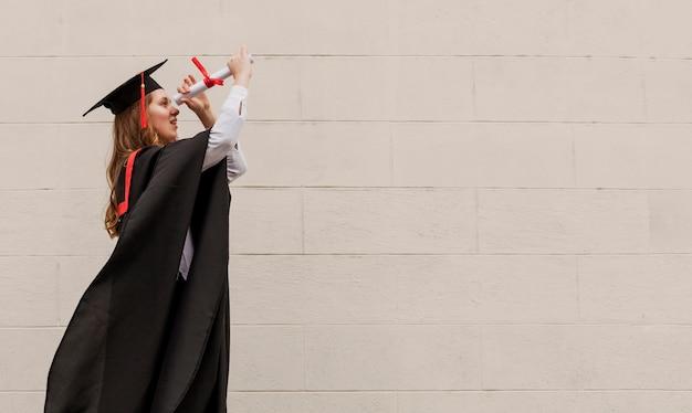Menina graduada de cópia-espaço