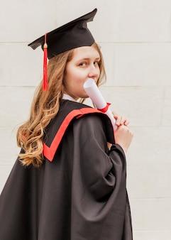 Menina graduada do retrato