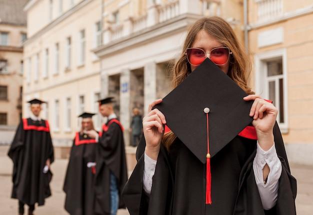 Menina graduada vista frontal