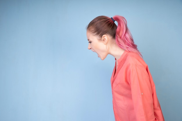 Menina gritando com blusa colorida coral