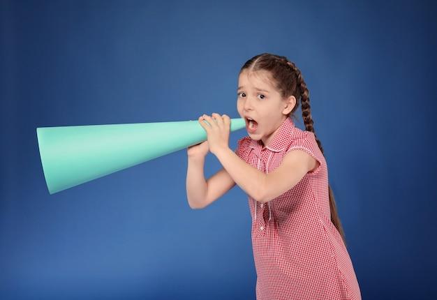 Menina gritando no megafone de papel em cores