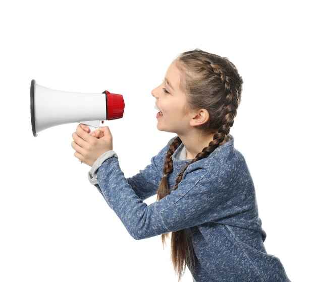Menina gritando no megafone em branco