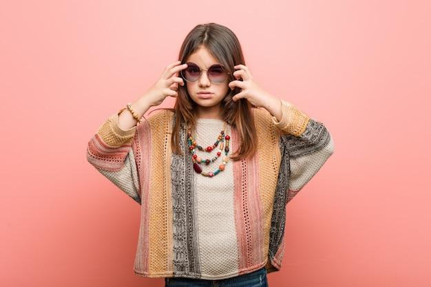 Menina hippie chateada gritando com mãos tensas.