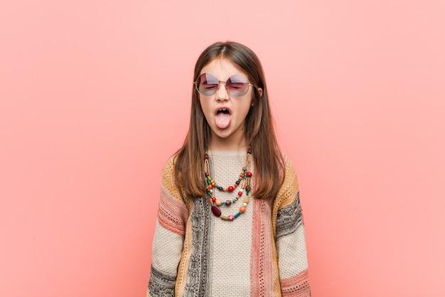 Menina hippie mostrando o gesto de pedra com os dedos