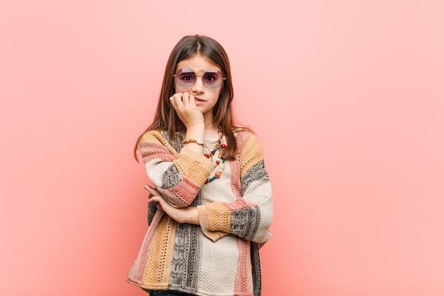 Menina hippie roer unhas, nervosa e muito ansiosa.
