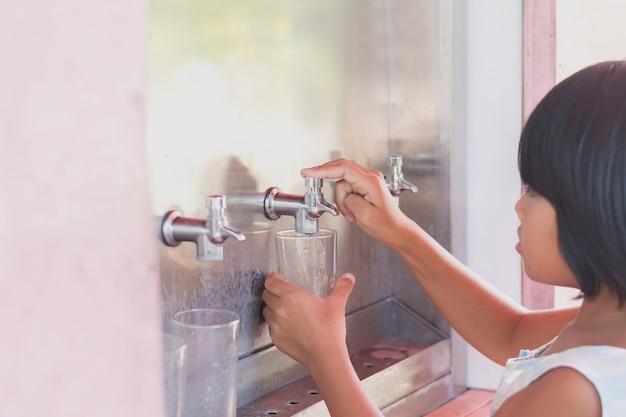 Menina, imprensa, torneira, bebendo, água
