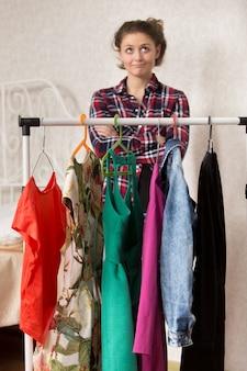 Menina indecisa com diferentes roupas