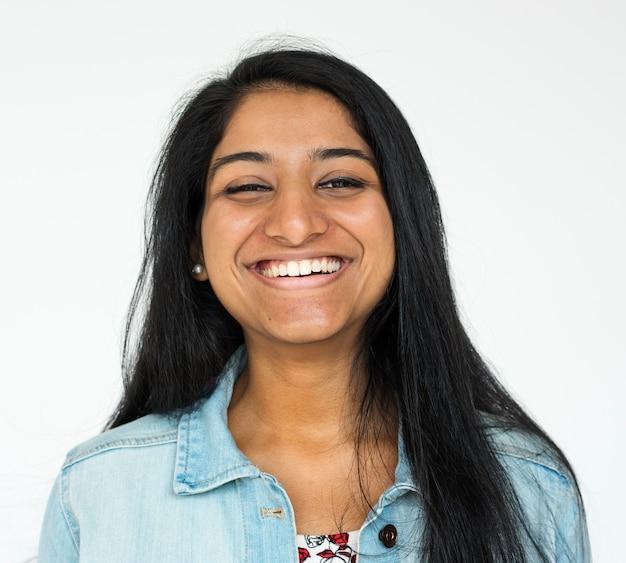 Menina indiana, sorrindo, casual, estúdio, retrato