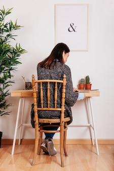 Menina irreconhecível que trabalha na mesa