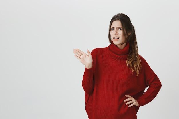 Menina irritada gesticulando incomodado