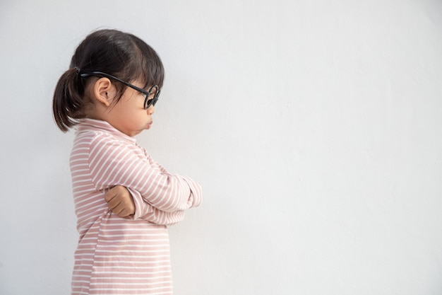 Menina irritada sobre fundo branco, conceito de sinal e gesto