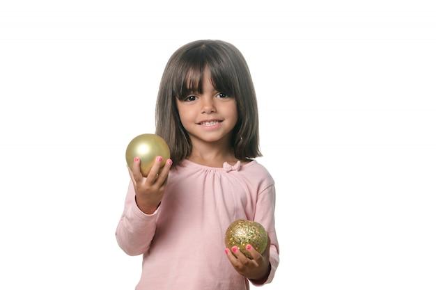 Menina isolada com decorações de natal nas mãos dela.