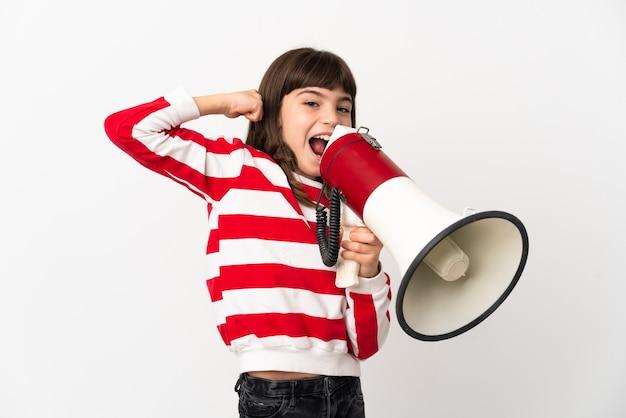 Menina isolada na parede branca gritando em um megafone para anunciar algo