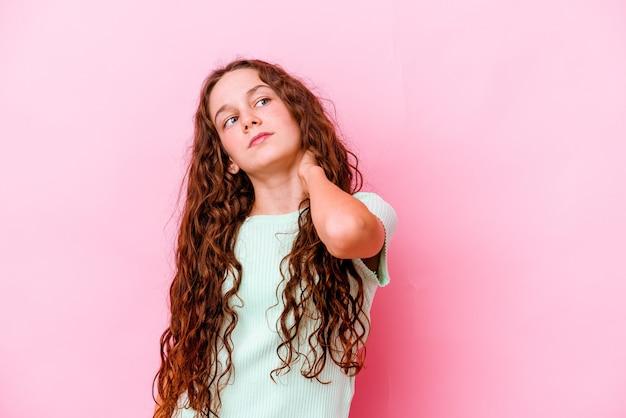 Menina isolada na parede rosa com dor no pescoço devido ao estresse, massageando e tocando-a com a mão