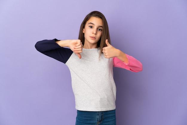 Menina isolada na parede roxa, fazendo sinais de bom-ruim. indeciso entre sim ou não