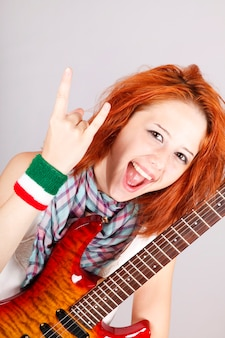 Menina italiana ruiva sorridente com guitarra