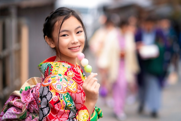 Menina japonesa no vestido tradicional de quimono