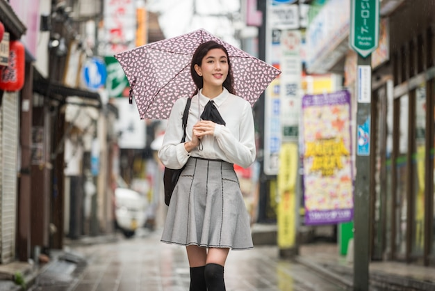 Menina japonesa nova ao ar livre
