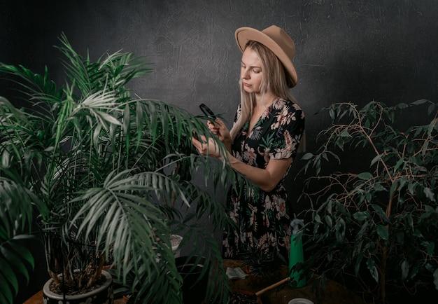 Menina jardineiro está envolvida em suas plantas