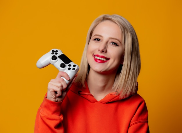 Menina jogador com gamepad branco