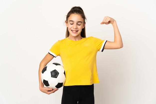 Menina jogadora de futebol isolada no fundo branco fazendo um gesto forte