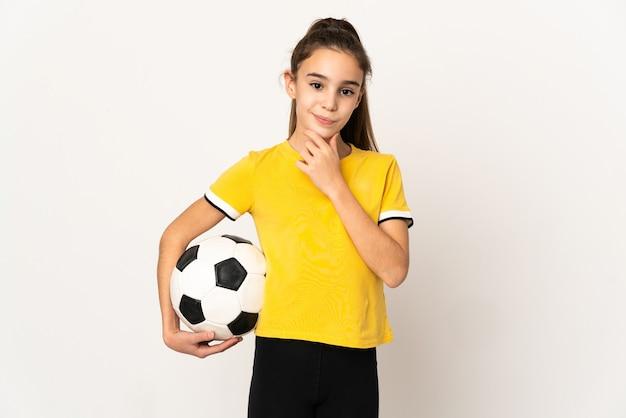 Menina jogadora de futebol isolada no fundo branco pensando