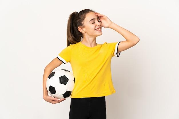 Menina jogadora de futebol isolada no fundo branco sorrindo muito
