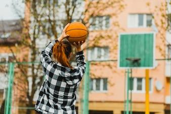Menina jogando basquete