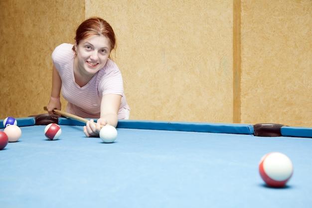 Menina jogando bilhar