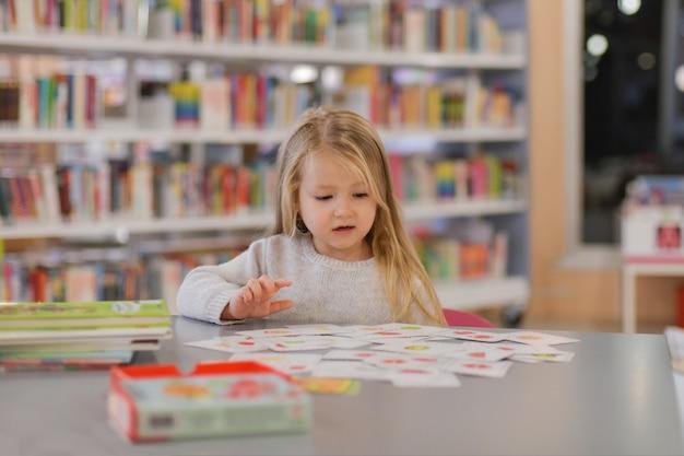 Menina jogando em uma biblioteca