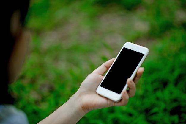 Menina jogando telefone na mão para comunicação on-line e contato