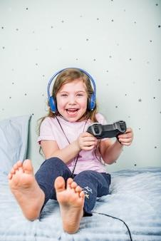 Menina jogando videogame