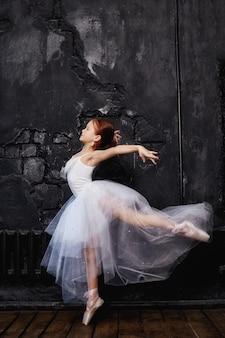 Menina jovem bailarina está se preparando para um balé
