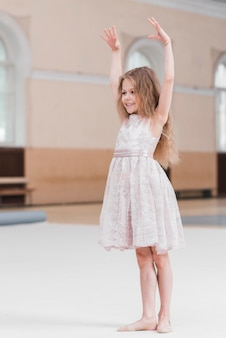 Menina jovem bailarina praticando no estúdio de dança