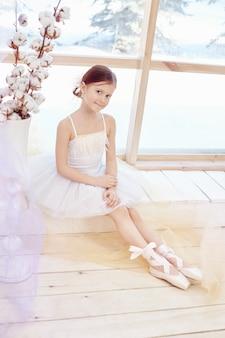 Menina jovem bailarina, preparando o desempenho de balé