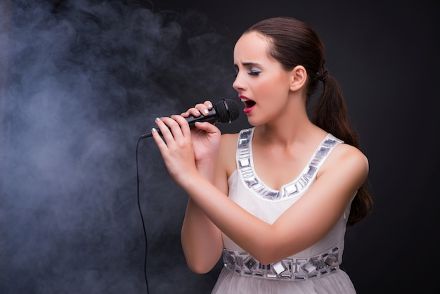 Menina jovem, cantando, em, karaoke, clube