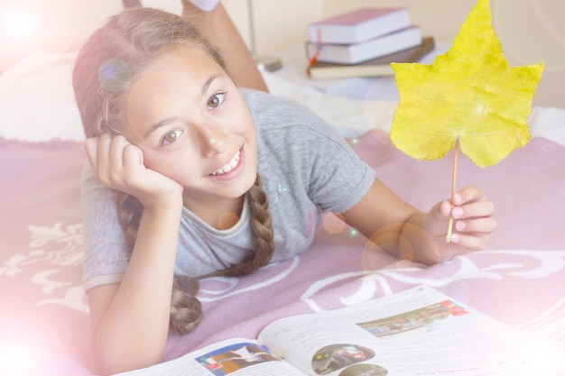 Menina jovem, com, a, livro, e, amarela, outono, folha